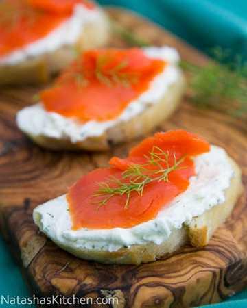 Estos sándwiches de té de salmón ahumado (crostini) aparecen en el 90% de nuestras fiestas. Todos los aman. La crema de eneldo de queso crema es maravillosa!