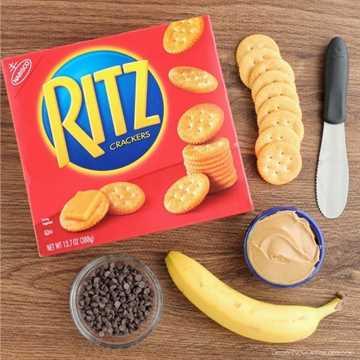 ¡Con solo unos pocos ingredientes de la despensa, puede comer estas Bocaditos de plátano y mantequilla de maní con chocolate RITZ® para picar!