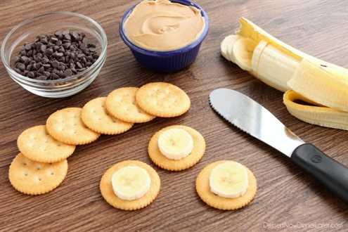 Bocaditos de plátano y mantequilla de maní con chocolate RITZ® - galleta + plátano