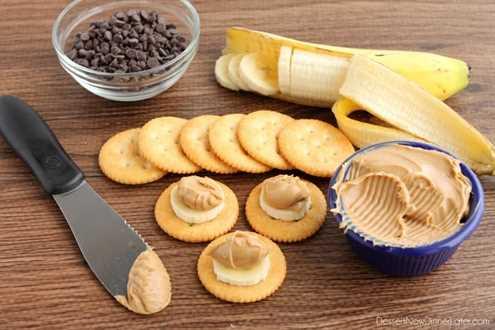 Bocaditos de plátano y mantequilla de maní con chocolate RITZ® - galleta + plátano + mantequilla de maní