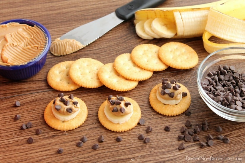 Bocaditos de plátano y mantequilla de maní con chocolate RITZ® - galleta + plátano + mantequilla de maní + chispas de chocolate