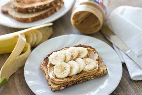 ¡Disfruta de la mantequilla de maní para el desayuno y sobre la marcha con estas ideas rápidas y sabrosas! (Tostada de mantequilla de maní con plátano y canela)