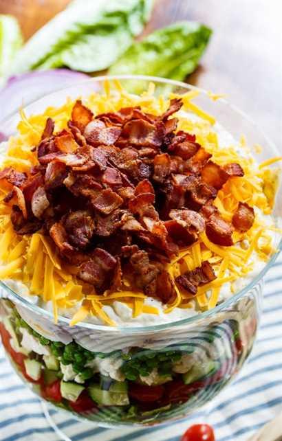 Seven Layer Salad es la ensalada perfecta para comidas y picnics. Fácil de hacer con anticipación y alimenta a una multitud.