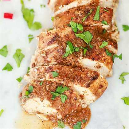 La lima fresca, la salsa de adobe y los pimientos chipotle se combinan para obtener una receta de pollo Chipotle Crock Pot llena de sabor. ¡Esta receta es simple pero deliciosa!