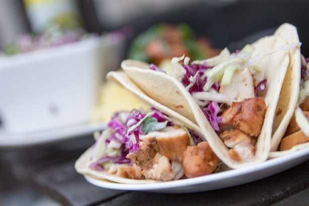 Tacos callejeros de barbacoa hawaiana con ensalada de jengibre y piña