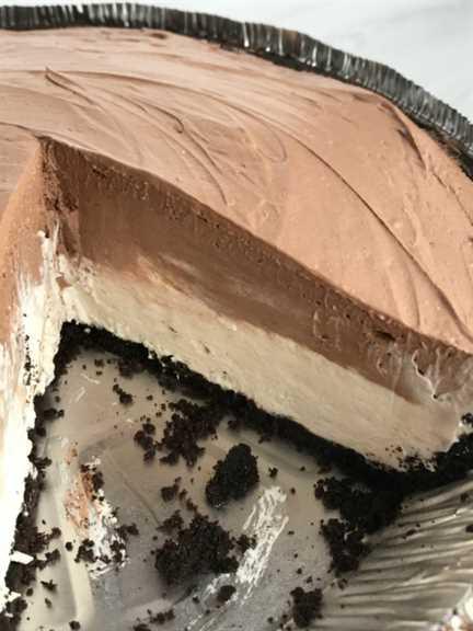 ¡El pastel de tarta de queso de la selva negra no es horneado y se puede hacer en solo minutos! Corteza de galleta de chocolate lista para usar con dos capas de relleno de pastel de crema suave. Cubra con una cucharada de relleno de pastel de cereza en lata y tendrá un postre realmente increíblemente delicioso cargado de sabores de chocolate, cereza y tarta de queso.