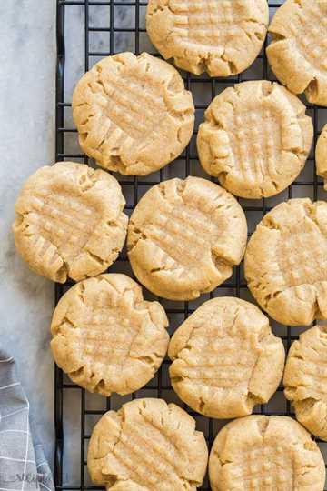 galletas de mantequilla de maní en rejilla