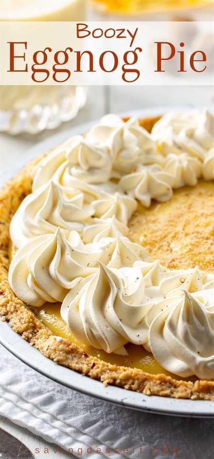 Un pastel de rompope cremoso y borracho cubierto con remolinos de crema batida y nuez moscada rallada fresca