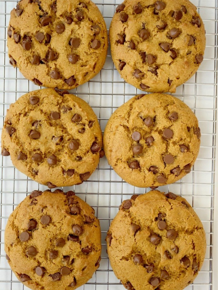 ¡Galletas de calabaza con chispas de chocolate como las que encuentras en una panadería! Grandes galletas horneadas, cargadas con chispas de chocolate con leche y todas las especias calientes de calabaza.