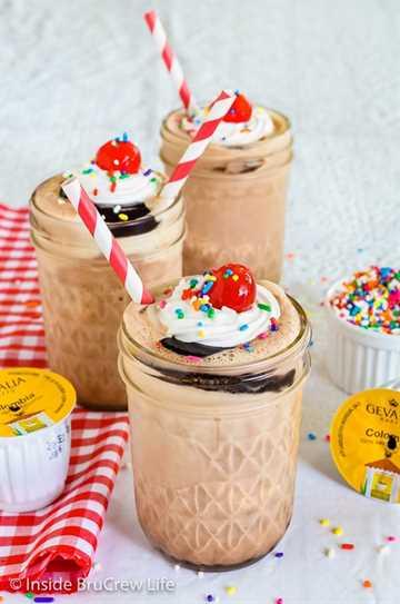 Batidos de Mocha Fudge: haga este batido de tres ingredientes fácil para refrescarse este verano. Es el postre perfecto en un día caluroso. # batido de leche #café #mocha #fudge #recipe #summerdessert