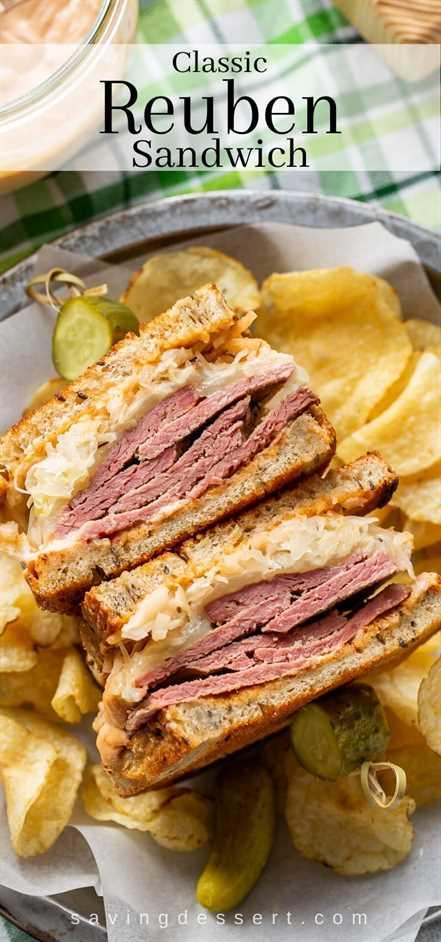 Un sándwich Reuben cortado por la mitad que muestra un montón de carne en conserva, chucrut y queso