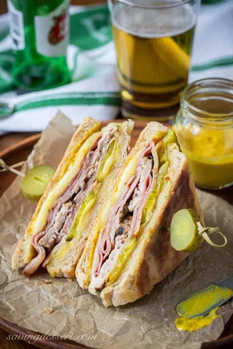 Un sándwich cubano con pepinillos, mostaza y queso.