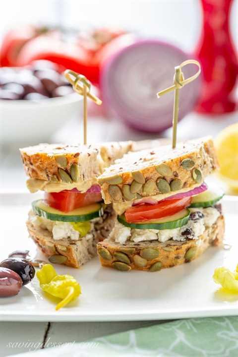 Ensalada griega Hummus Sandwich en un plato con aceitunas