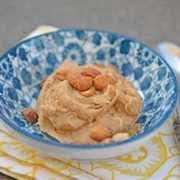 Masa de galleta de mantequilla de maní en un tazón azul