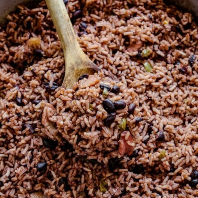 Frijoles cubanos y arroz con una cuchara de madera