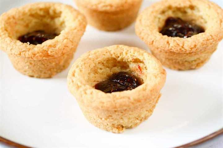 Tazas de galletas de azúcar rellenas de mermelada de frambuesa