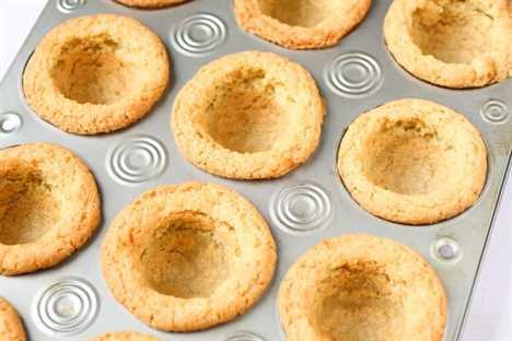 Tazas de pastel de queso vacías en una lata de muffins