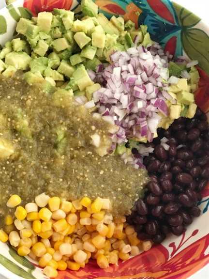 Dip de aguacate | Aperitivo | Dip | Salsas con aguacates | Super Bowl Food | Comida de fiesta | La salsa de aguacate está llena de aguacates gruesos, maíz, frijoles negros, cebolla roja y luego se rocía con salsa verde enlatada fácil y conveniente. Tanto sabor con muy poco esfuerzo. La salsa de aguacate es el mejor aperitivo del día del juego, salsa de patatas fritas y comida para fiestas | Juntos como Familia #appetizerrecipes #appetizer #gamedaydips #gamedayappetizers #avocadodip #avocadodiprecipe #avocados