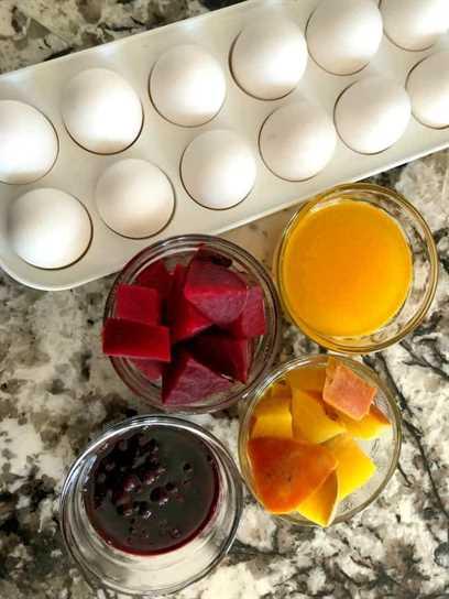 Huevos con tintes naturales.