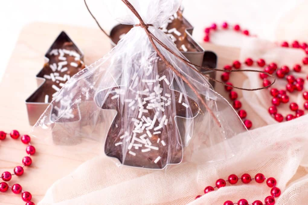 Cookie Cutter Christmas Fudge envuelto en cello.
