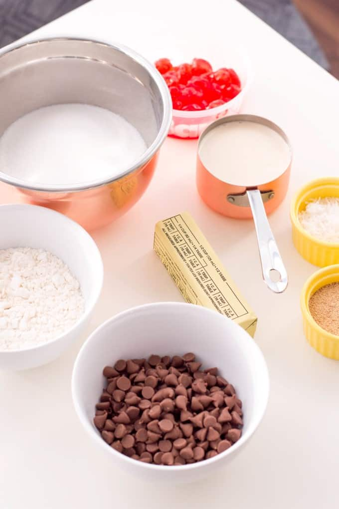 Fudge los ingredientes en una tabla de cortar blanca.