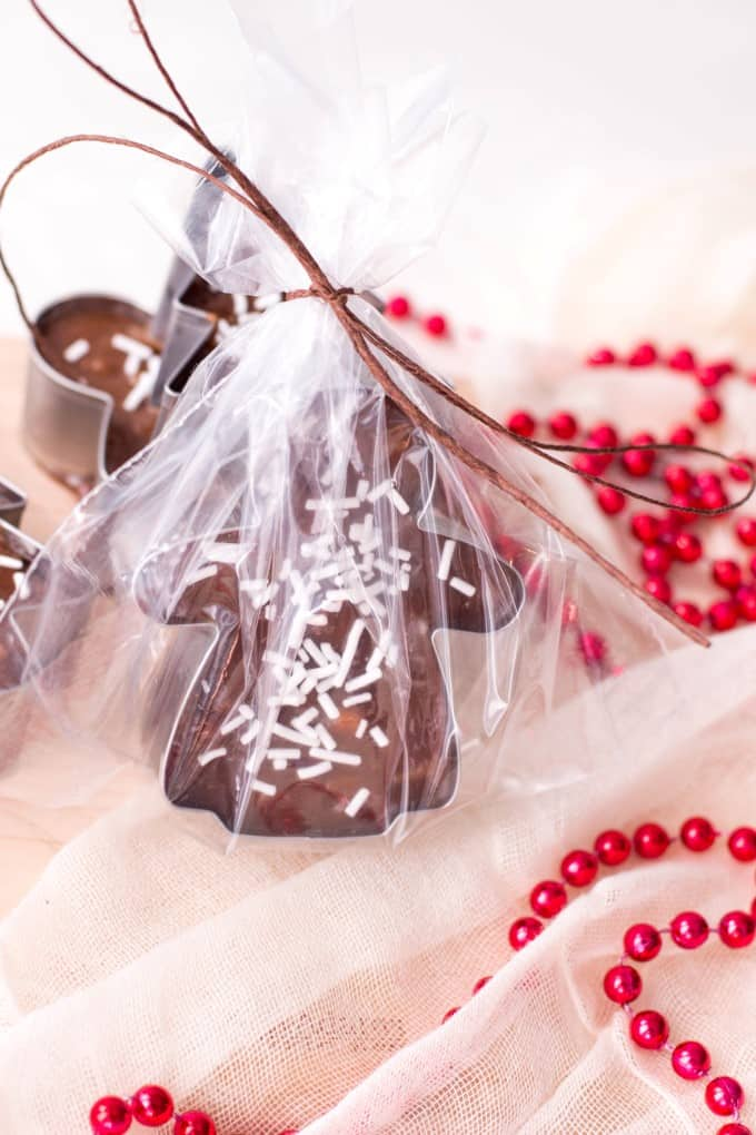Cookie Cutter Christmas Fudge envuelto en violonchelo de pie.