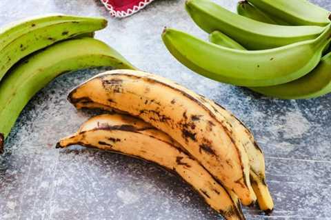 plátanos maduros sobre un fondo azul