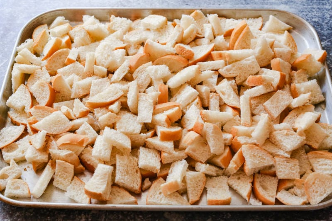 pan tostado en una bandeja para hornear de metal