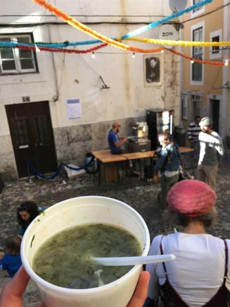 El caldo verde es un plato clásico para disfrutar durante el Santo António en Lisboa, en la foto.