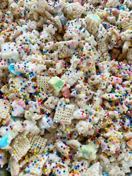 Lucky Charms Rainbow Snack Mix es una mezcla dulce y crujiente de cereal de amuletos de la suerte, cereal de arroz, chips de chocolate blanco y chispas de arcoíris. Solo 5 ingredientes para esta mezcla fácil y deliciosa de snack de amuletos de la suerte.