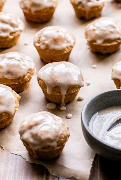 Mini Chai Muffins con Vanilla Bean Glaze sobre papel pergamino.