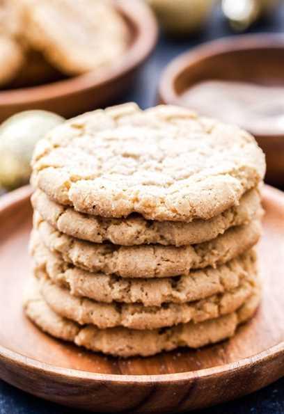 ¡Galletas de azúcar masticables bien vestidas para las vacaciones! Bordes crujientes, suaves y masticables en el medio y un montón de especias. ¡Estas galletas de azúcar masticables Chai-Spice son la perfección!