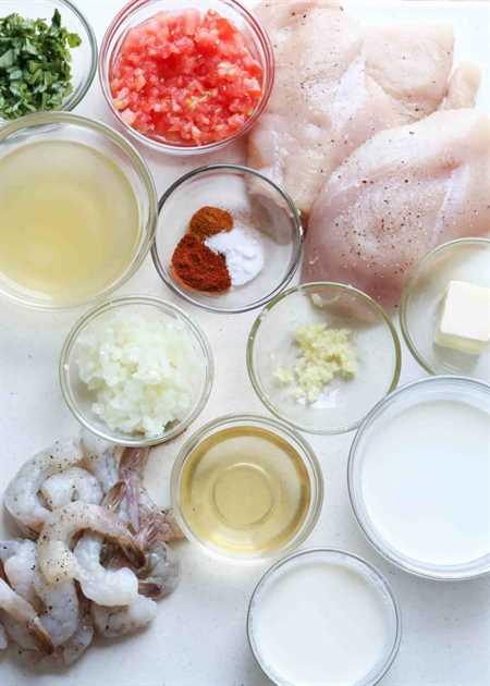 Ingredientes preparados para camarones y pollo en una bandeja.