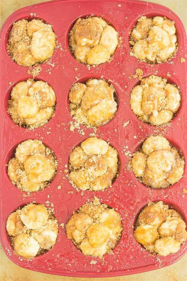 Estas magdalenas de pan de mono de calabaza y especias son un regalo simple que es perfecto para el desayuno o el postre. La masa prefabricada se enrolla en una acogedora mezcla de especias de calabaza y luego se hornea en moldes para muffins. Cubierto con un dulce glaseado de calabaza y excelente para las vacaciones, ¡este muffin pegajoso seguramente impresionará a todos!