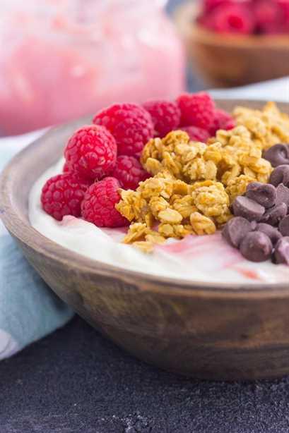 Este tazón de yogur de pomelo y frambuesa es una forma deliciosa de comenzar el día. Está lleno de cremoso yogur griego de vainilla, un remolino de cuajada de pomelo y frambuesa, y cubierto con una combinación de ingredientes dulces. Fresca, sabrosa y ligera, esta es la mejor manera de cambiar su rutina de desayuno o merienda.