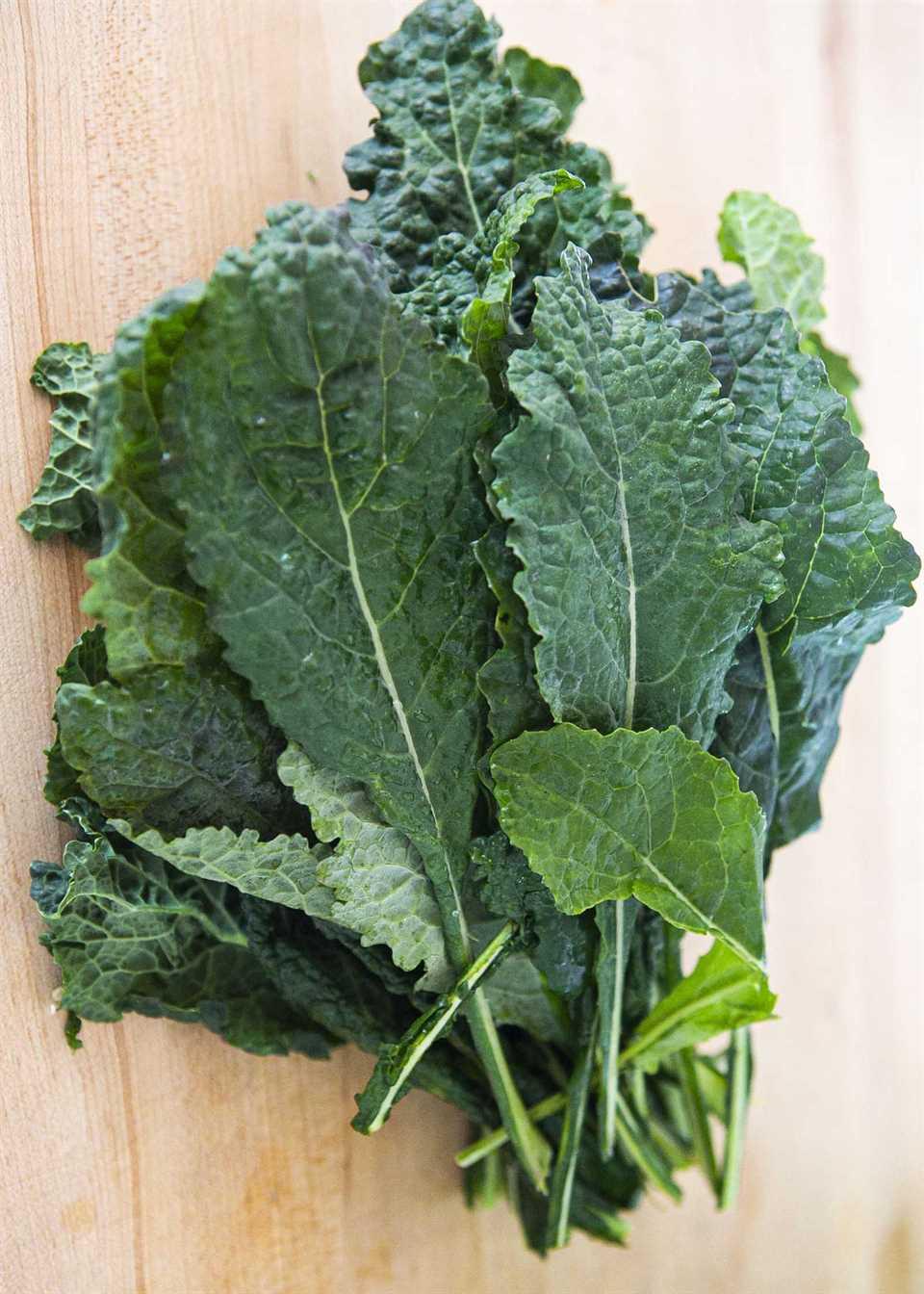 Kale para hacer una ensalada de col rizada fácil