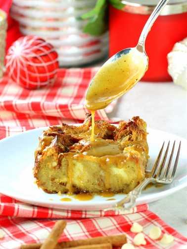 Ponche de huevo Pan de chispas de chocolate blanco Pudín rociando salsa de whisky