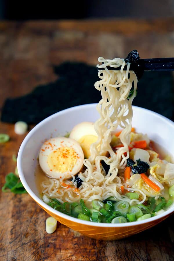 Receta casera de miso ramen: ¡aprenda a hacer miso ramen viendo nuestro video rápido! ¡El tazón de ramen casero nunca ha probado tan bien! #ramenrecipe #homemaderamen #misoramen #japanesefood | pickledplum.com
