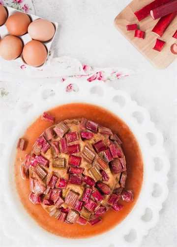 El pastel instantáneo de ruibarbo se convirtió en un favorito instantáneo en nuestra familia y sé que a ti también te encantará. Ultra húmedo y súper sabroso, es fácil de hacer e incluso más fácil de comer. Si el ruibarbo no está en temporada, ¡también sería excelente con las manzanas!