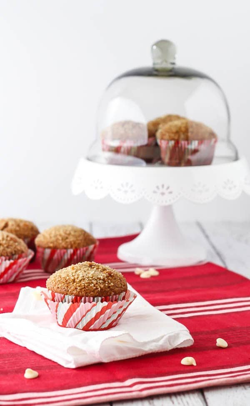 Los muffins de pan de jengibre con chips de chocolate blanco son perfectos para la mañana de Navidad o cualquier otra mañana. La crujiente cobertura de azúcar los hace completamente irresistibles. ¡Obtén la receta en RachelCooks.com!