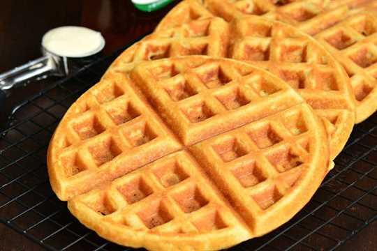 Receta de waffles. Estos gofres son suaves y esponjosos por dentro y crujientes por fuera. Una forma perfecta de comenzar el día. #gofles # desayuno