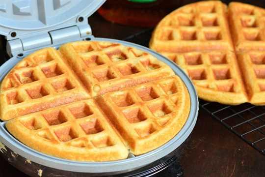 Receta clásica de gofres. Estos gofres son suaves y esponjosos por dentro y crujientes por fuera. Una forma perfecta de comenzar el día. #gofles # desayuno