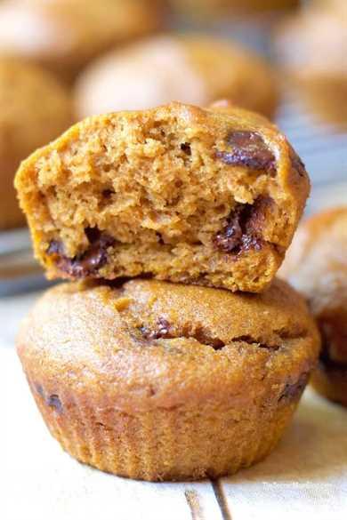 Estos muffins de calabaza con chispas de chocolate sin gluten no solo tienen un sabor increíble, ¡también son sorprendentemente buenos para ti! Repleto de fibra, vitamina A, potasio ...