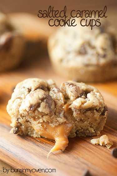 ¡Mira el pegajoso y meloso centro de caramelo en estos moldes para galletas!