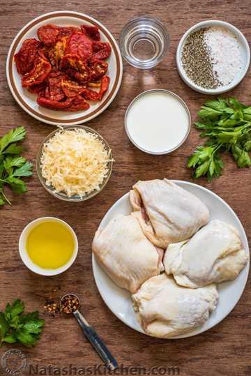 Ingredientes para el pollo de tomate secado al sol con tomates secados al sol en aceite
