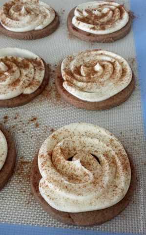 Cinnamon Roll Sugar Cookies: una masa básica de galletas de azúcar con la adición de canela, cubierta con el mejor glaseado de queso crema y canela extra para divertirse.