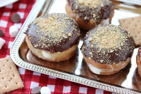 Esmaltadas y ganaches, con galletas Graham trituradas en la parte superior y un centro de crema de malvavisco, estas S'mores Donuts son deliciosas y decadentes.
