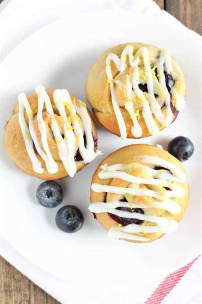 Estos panecillos dulces de limón y arándano son fáciles de preparar y perfectos para un desayuno o postre rápido.