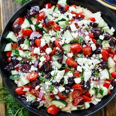 Salsa griega cremosa con queso crema, hummus, tomate, pepino, aceitunas, queso feta y eneldo fresco.