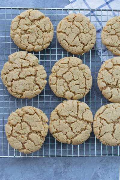 Cookies enfriándose en una rejilla